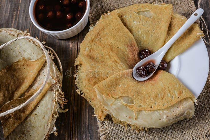 薄煎饼用樱桃果酱 免版税图库摄影