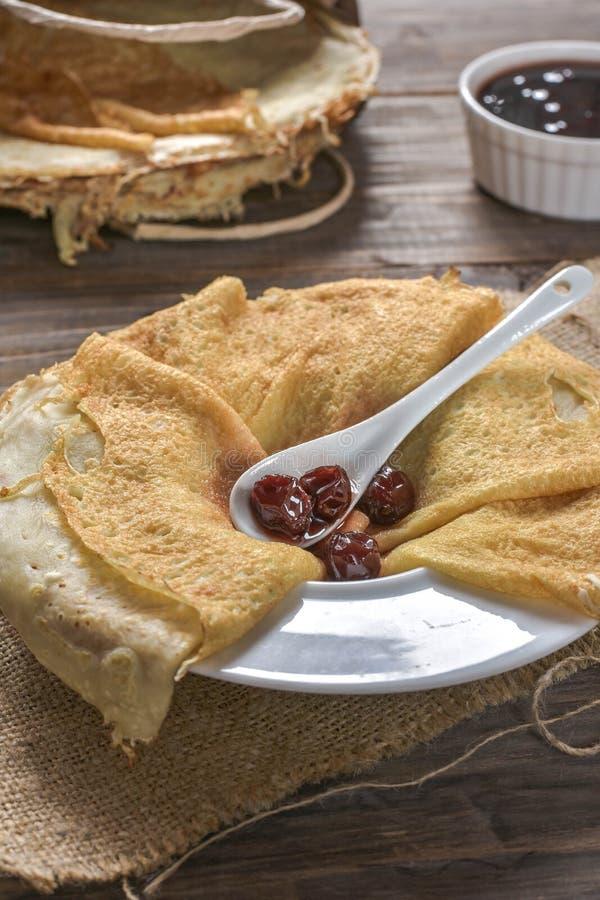 薄煎饼用樱桃果酱 库存图片