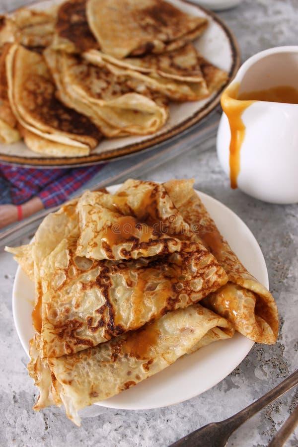 薄煎饼用焦糖 在家庭的星期六早餐 中立背景 图库摄影