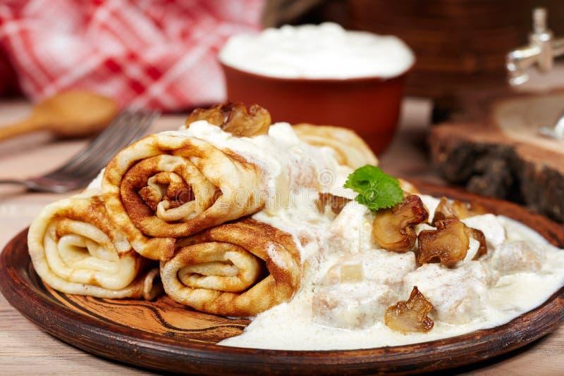 薄煎饼用肉、蘑菇和酸性稀奶油调味 Maslenitsa 免版税库存图片