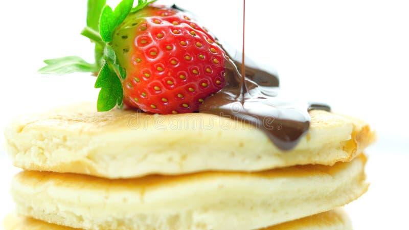 薄煎饼用草莓和下毛毛雨用巧克力汁,宏观特写镜头 免版税库存图片