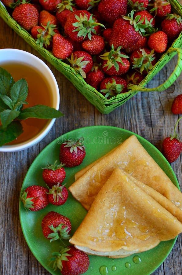 薄煎饼用草莓 免版税库存照片