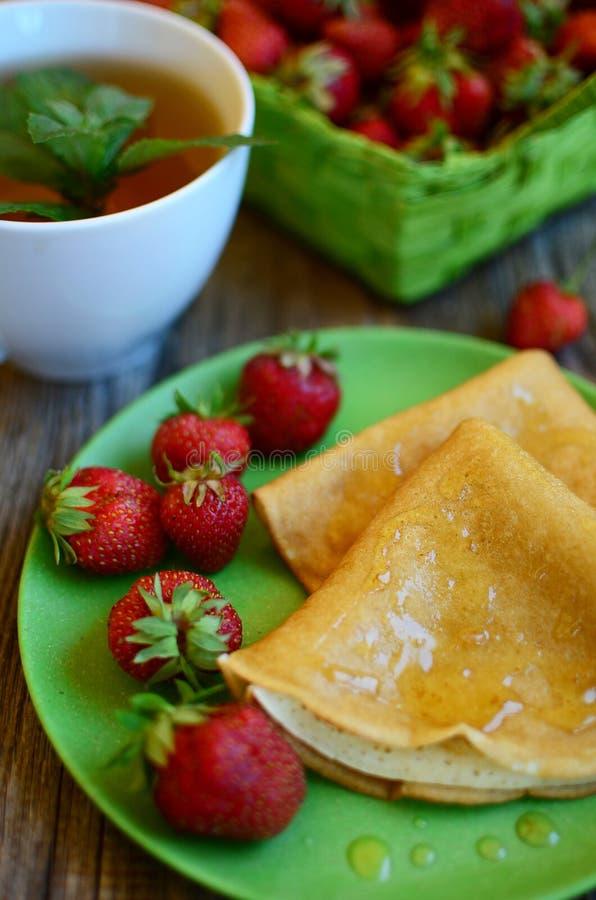 薄煎饼用草莓 免版税库存图片