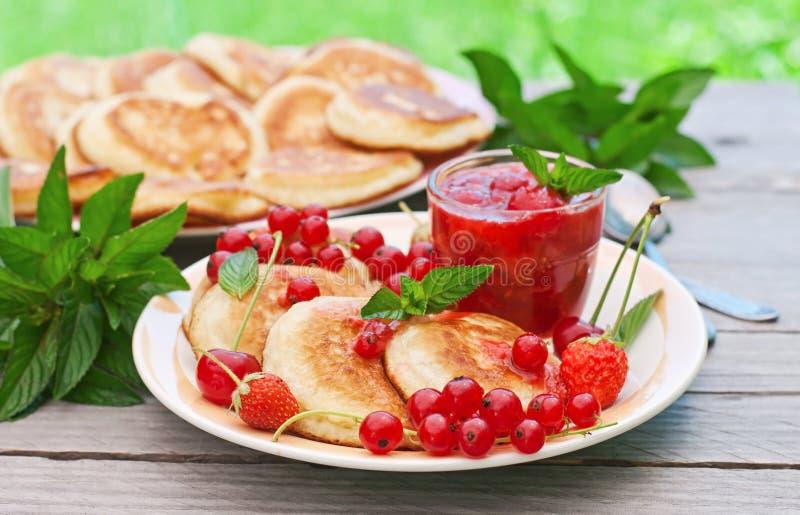 薄煎饼用莓果 库存照片
