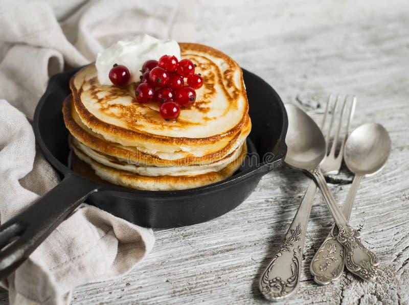 Download 薄煎饼用蜂蜜、酸性稀奶油和红浆果在葡萄酒scourage 库存图片 - 图片 包括有 饮料, 平板炉: 62527869