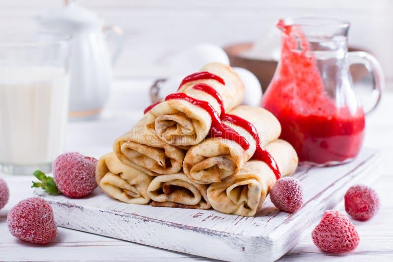 薄煎饼用酸奶干酪和果酱填装了早餐 免版税库存图片