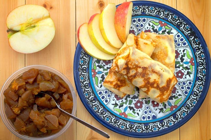 薄煎饼用酸奶干酪和果酱从苹果和桃子 木背景 特写镜头 顶视图 库存照片