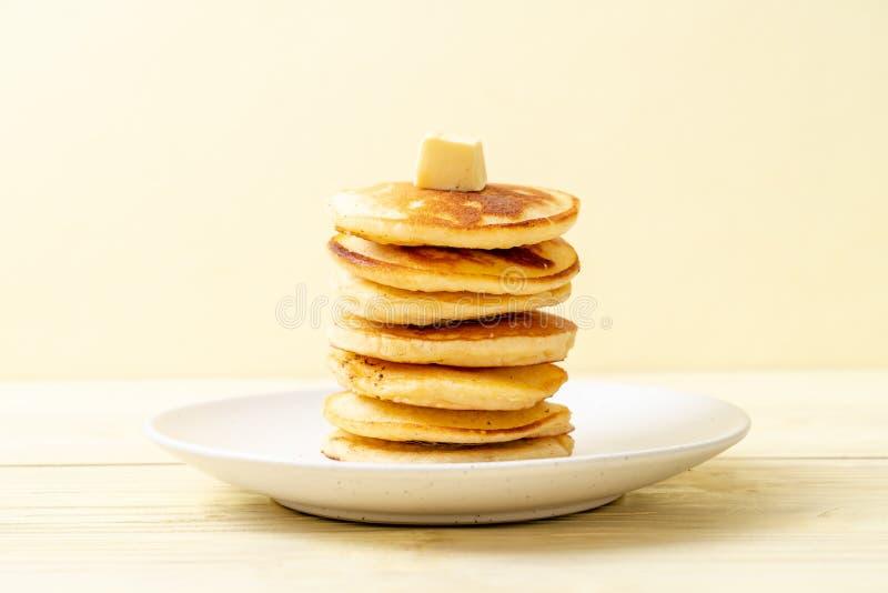 薄煎饼用黄油和蜂蜜 免版税库存照片