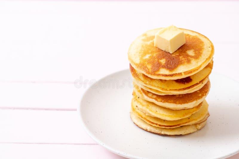 薄煎饼用黄油和蜂蜜 库存图片