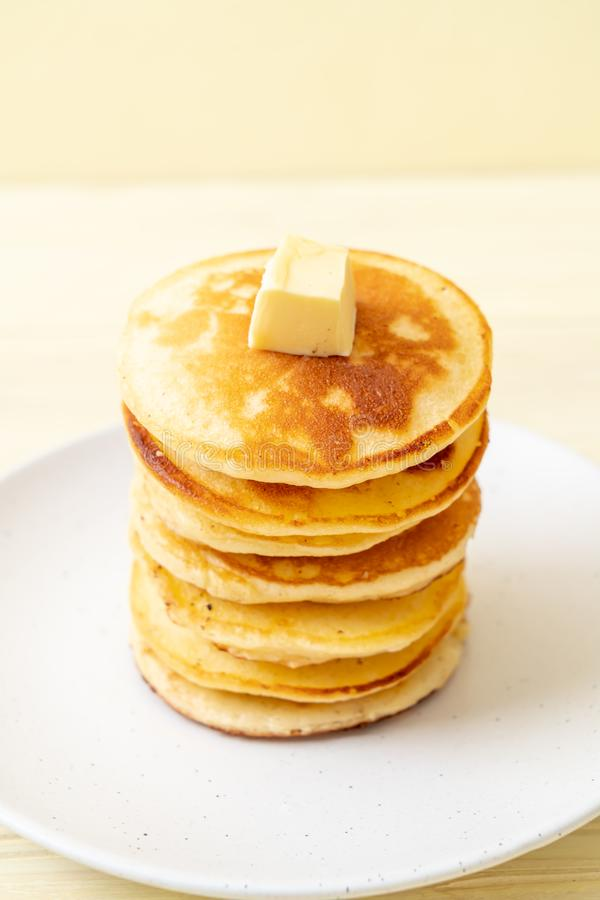 薄煎饼用黄油和蜂蜜 免版税图库摄影