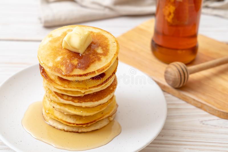 薄煎饼用黄油和蜂蜜 库存照片