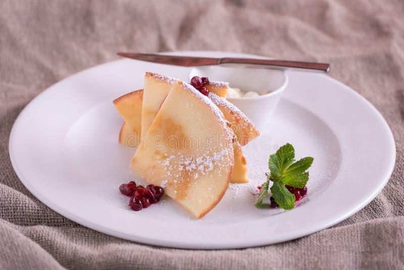 薄煎饼用黄油和莓果越橘 库存照片
