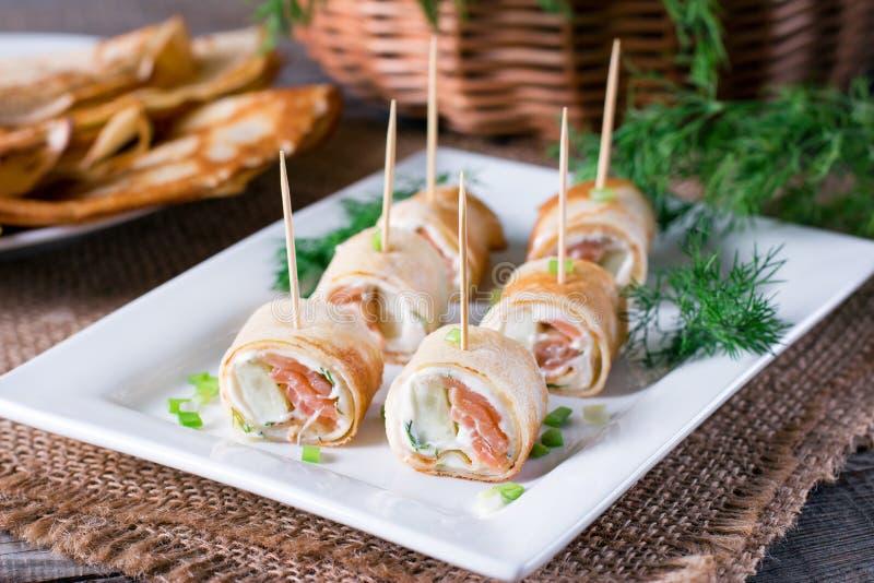 薄煎饼鲜美卷用在板材的鱼和乳脂干酪 免版税库存图片