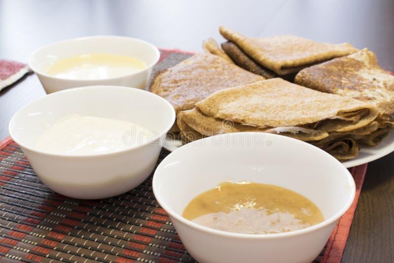 薄煎饼,蜂蜜,酸性稀奶油,浓缩牛奶 免版税库存照片
