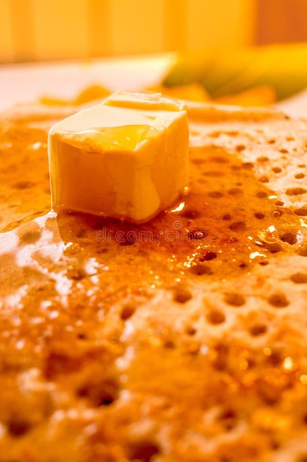 薄煎饼 蜂蜜 黄油 可口新鲜油煎的rumpy薄煎饼倒用液体自创蜂蜜和黄油 免版税库存照片