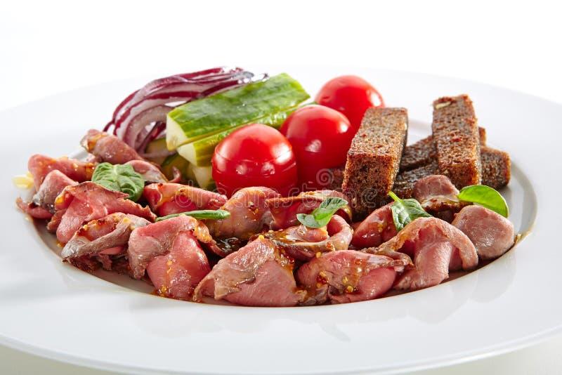 薄片与新鲜蔬菜的辣烤牛肉 免版税库存照片