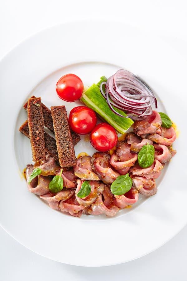 薄片与新鲜蔬菜的辣烤牛肉 图库摄影
