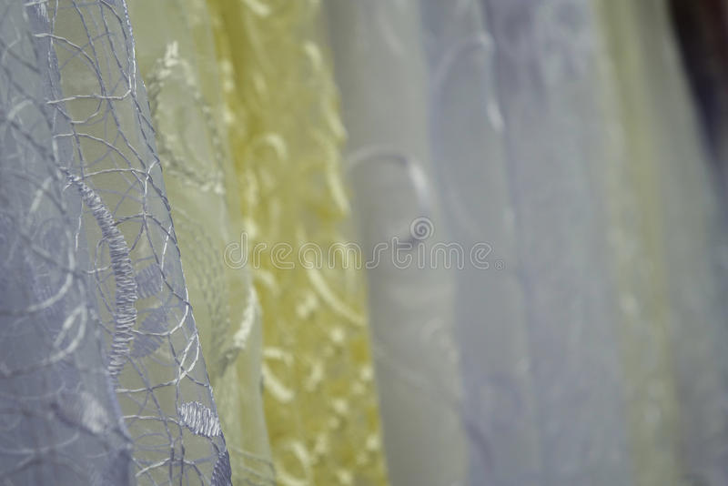 薄纱透明织品 它为窗口使用 背景 白色,黄色 图库摄影