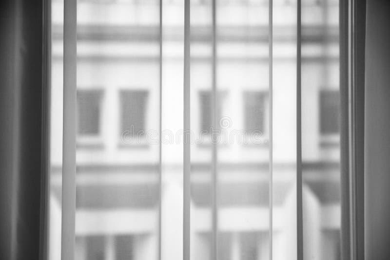 从薄纱织品的透明帷幕在窗口 免版税库存照片