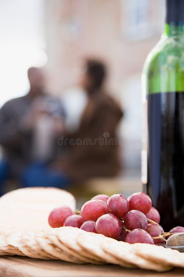 Download 薄脆饼干葡萄和一个瓶酒 库存图片. 图片 包括有 庆祝, ,并且, 历史记录, 夫妇, 投反对票, 大使 - 62534587