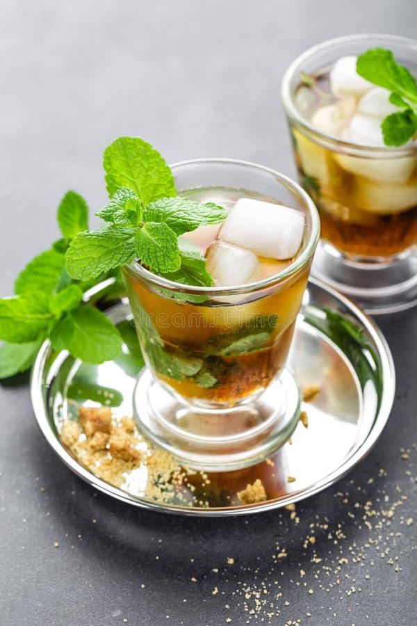 薄荷朱利酒鸡尾酒用波旁酒、冰和薄菏在玻璃 免版税库存图片