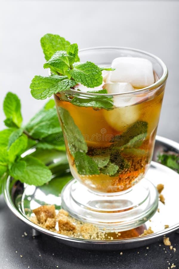 薄荷朱利酒鸡尾酒用波旁酒、冰和薄菏在玻璃 库存照片