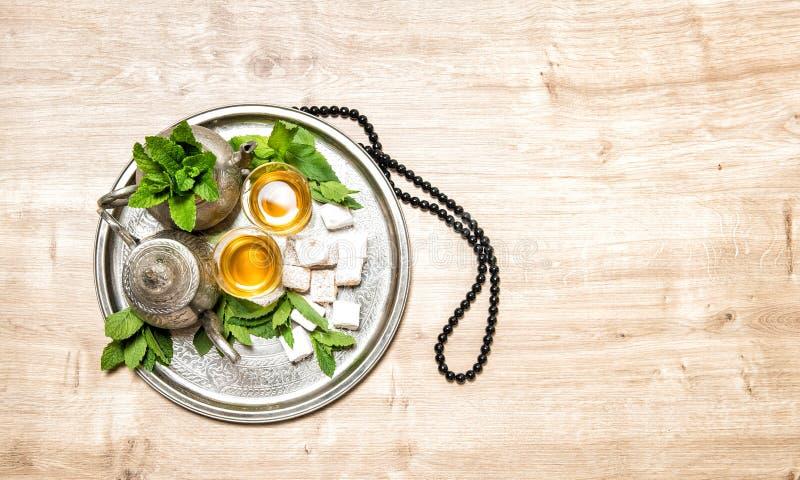 薄荷的茶传统阿拉伯欢欣制表设置念珠 库存图片