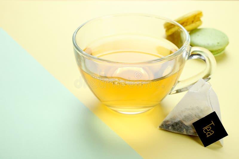 薄荷的茶和蛋白杏仁饼干 免版税库存照片
