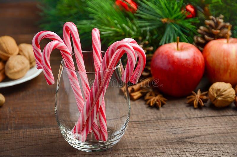 薄荷糖藤茎和其他圣诞节装饰在木背景 库存照片