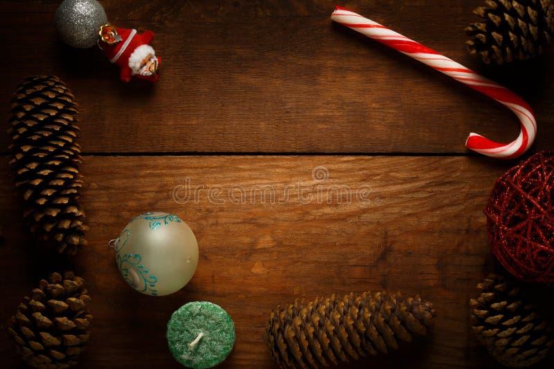 从薄荷糖藤茎的美丽的圣诞节框架装饰 免版税图库摄影