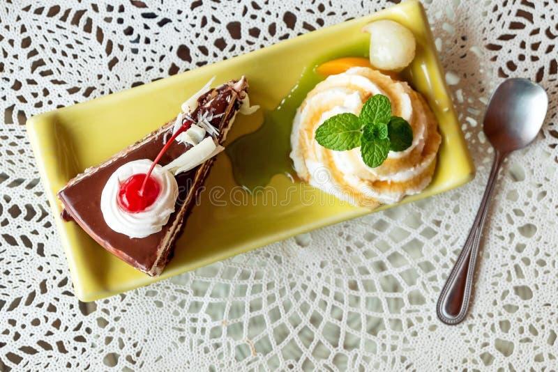 薄菏和巧克力蛋糕 免版税图库摄影