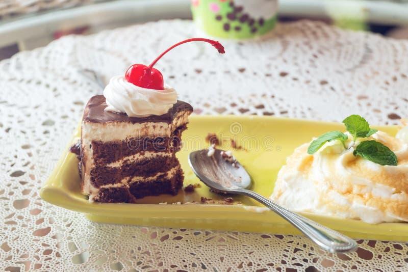 薄菏和巧克力蛋糕 免版税库存图片
