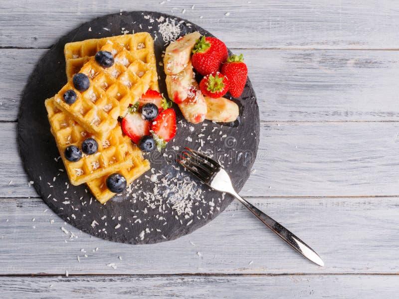 薄酥饼用果子和莓果在特写镜头桌上 图库摄影