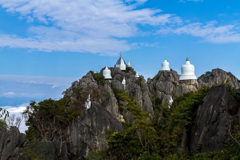 薄雾令人惊讶的泰国海在Wat Prajomklao Rachanusorn Wat Phrabat Pu Pha Daeng的 图库摄影
