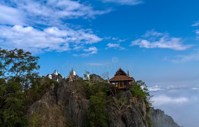 薄雾令人惊讶的泰国海在Wat Prajomklao Rachanusorn Wat Phrabat Pu Pha Daeng,南邦府,泰国的 库存图片