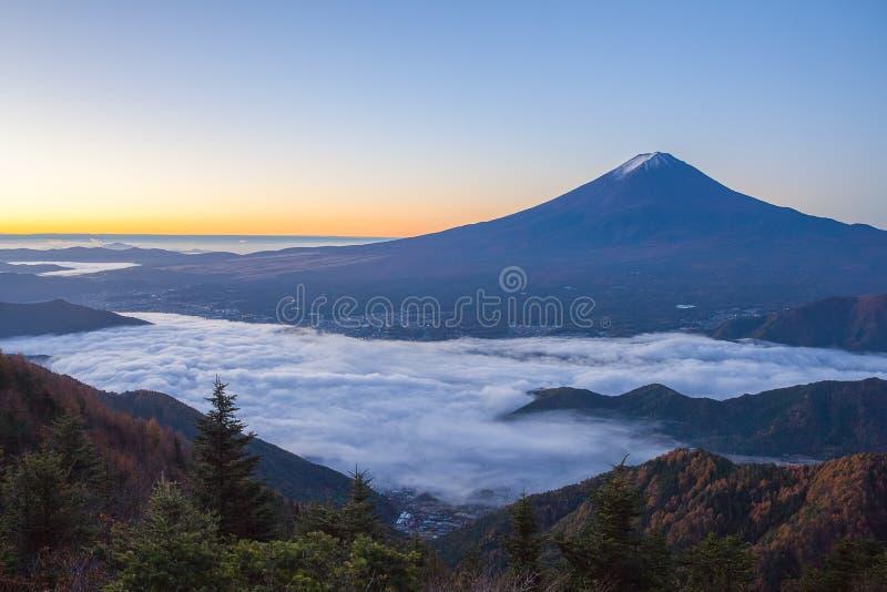 薄雾山富士和海在Kawaguchiko湖上的 图库摄影