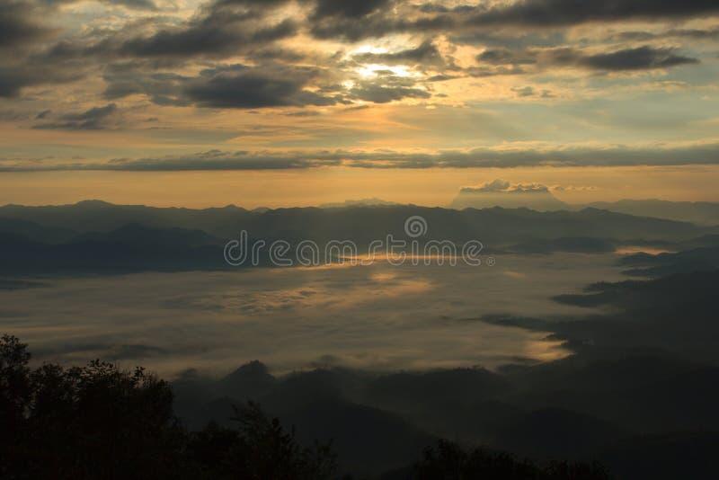 薄雾海与土井Luang城镇达奥岛,看法形式土井的水坝在Wianghaeng Chiangmai泰国 免版税库存照片