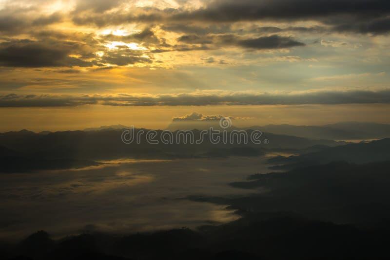 薄雾海与土井Luang城镇达奥岛,看法形式土井的水坝在Wianghaeng Chiangmai泰国 库存照片