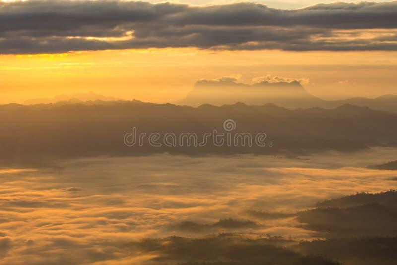 薄雾海与土井Luang城镇Dao,看法形式在Wiang haeng的土井水坝的 库存图片