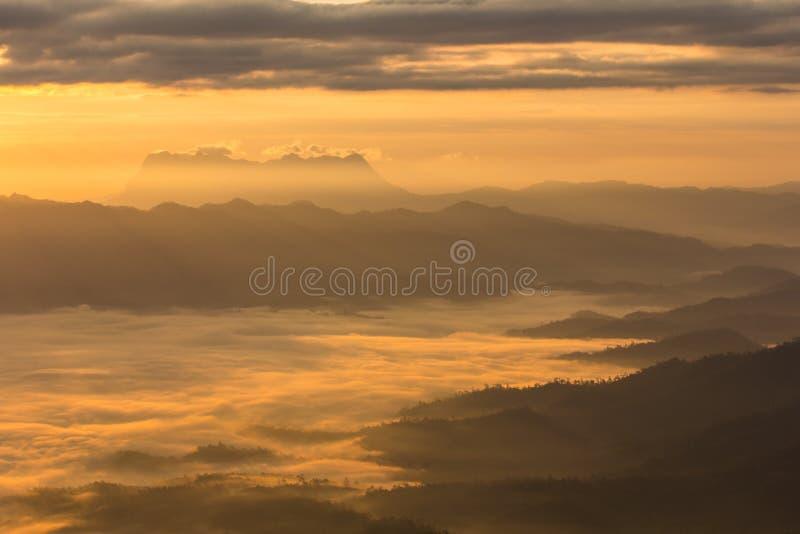 薄雾海与土井Luang城镇Dao,看法形式在Wiang haeng的土井水坝的 免版税库存照片