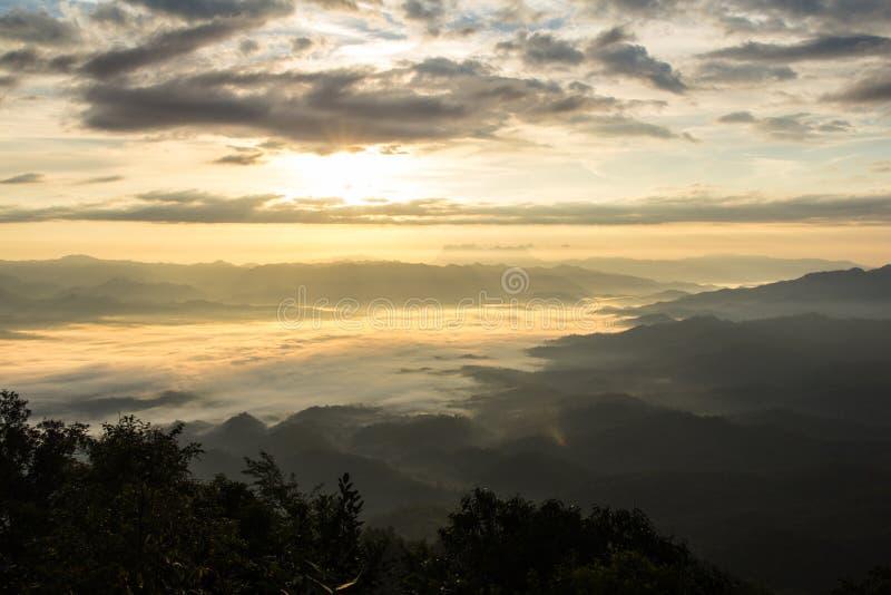 薄雾海与土井Luang城镇Dao,看法形式在Wiang haeng的土井水坝的 图库摄影