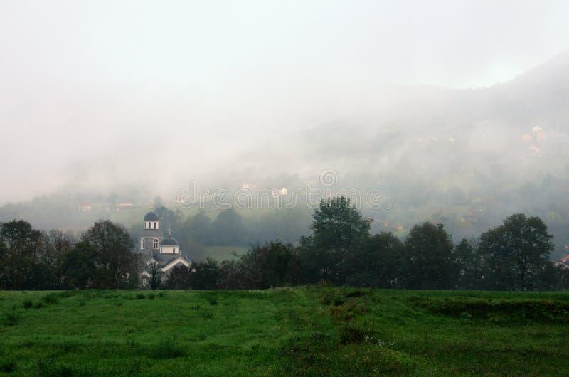 薄雾的教会在巴伊纳巴什塔,塞尔维亚附近 免版税库存图片