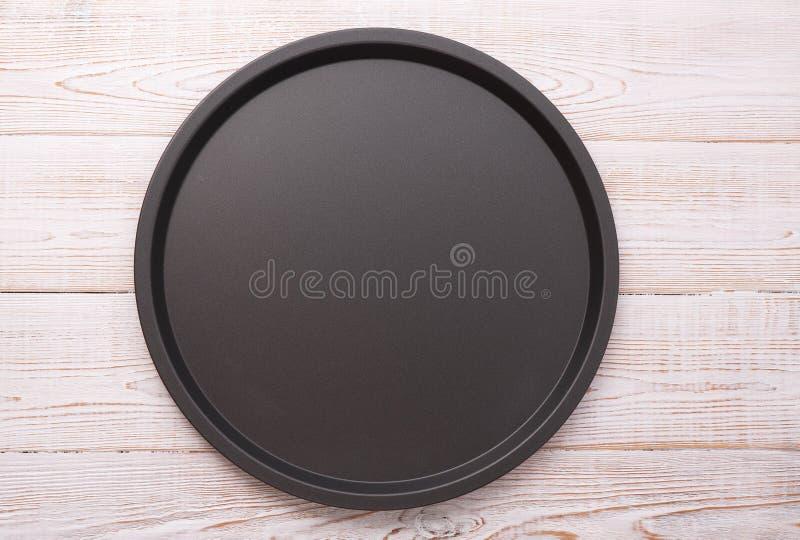 薄饼关闭的空的烘烤盘子在木水平背景顶视图 嘲笑为设计 免版税图库摄影