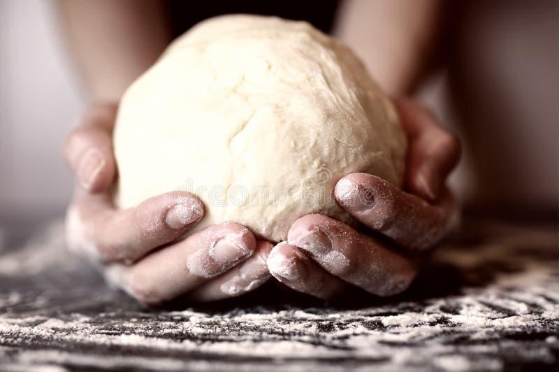 薄饼准备面团手顶部 图库摄影