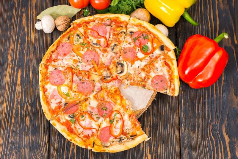 薄饼大角度看法用蒜味咸腊肠、火腿、蘑菇和vegetab 库存图片