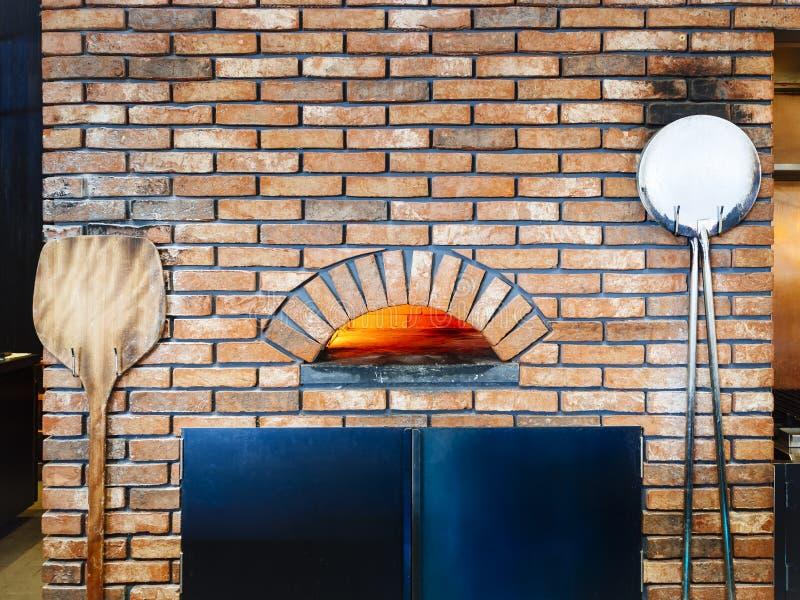 薄饼烤箱砖火意大利烹调传统样式餐馆 免版税库存照片