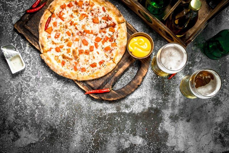 薄饼玛格丽塔酒用调味汁和新鲜的啤酒 免版税库存图片