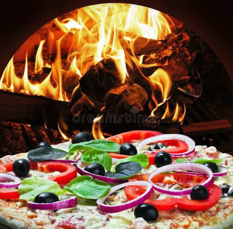 薄饼用火腿和干酪在火烹调了 免版税库存照片