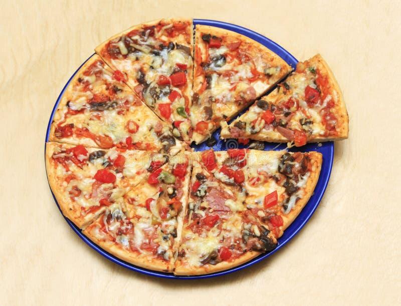 薄饼用蕃茄、乳酪和蘑菇在木桌分类 库存照片