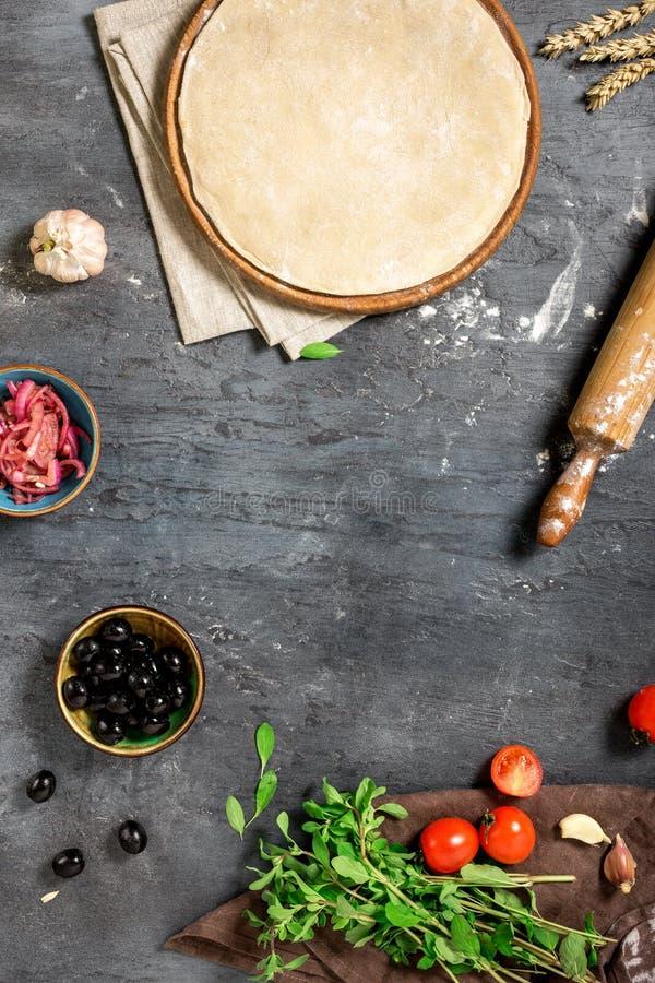 薄饼面团框架与成份的烹调的素食piz 库存图片